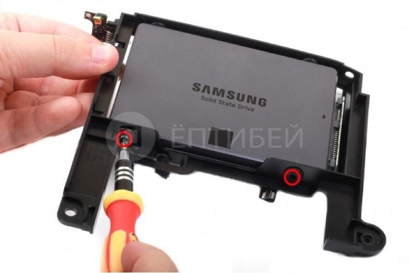 Вот примерно так крепится SSD в каркасе